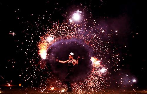 Feu & Pyrotechnie, spectacle déambulatoire - Labo M Art