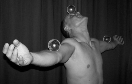Jongleur balles contact Labo M Arts @DR